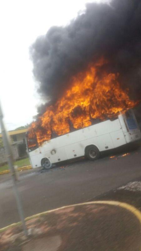 MARTINIQUE. Un bus en proie aux flammes à la gare du Lamentin