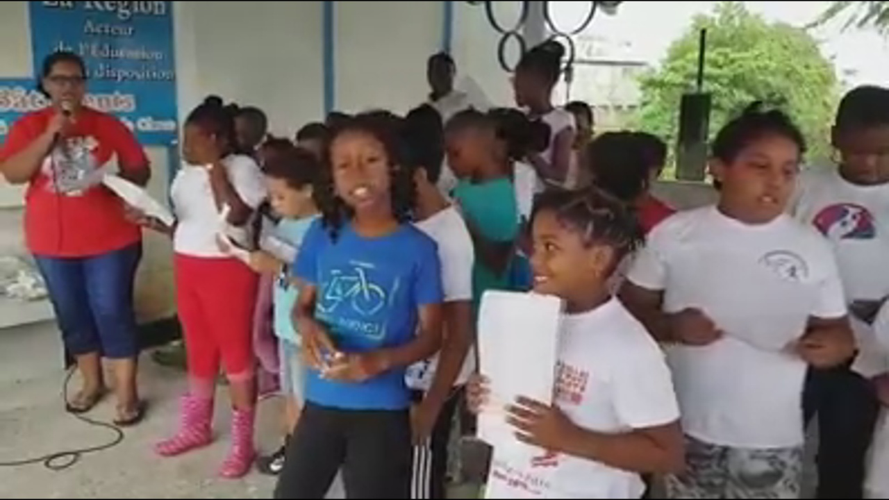 [Vidéo] GUADELOUPE. Les élèves de l école de Bouillon à Basse terre créent un jardin créole. Images Gérard LOISEAU