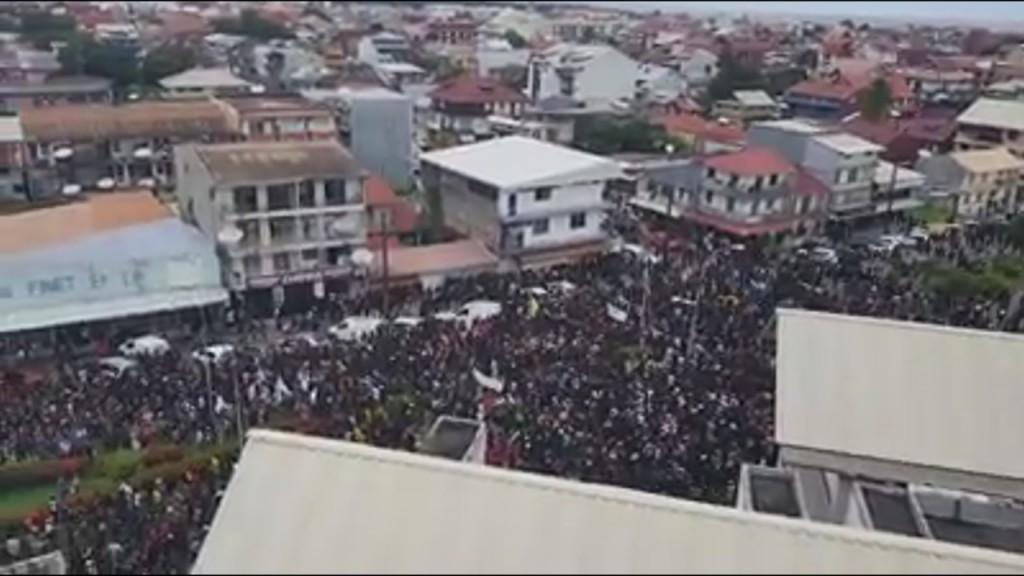 GUYANE. Situation tendue tous les maires se rendent vers la Préfecture en bus
