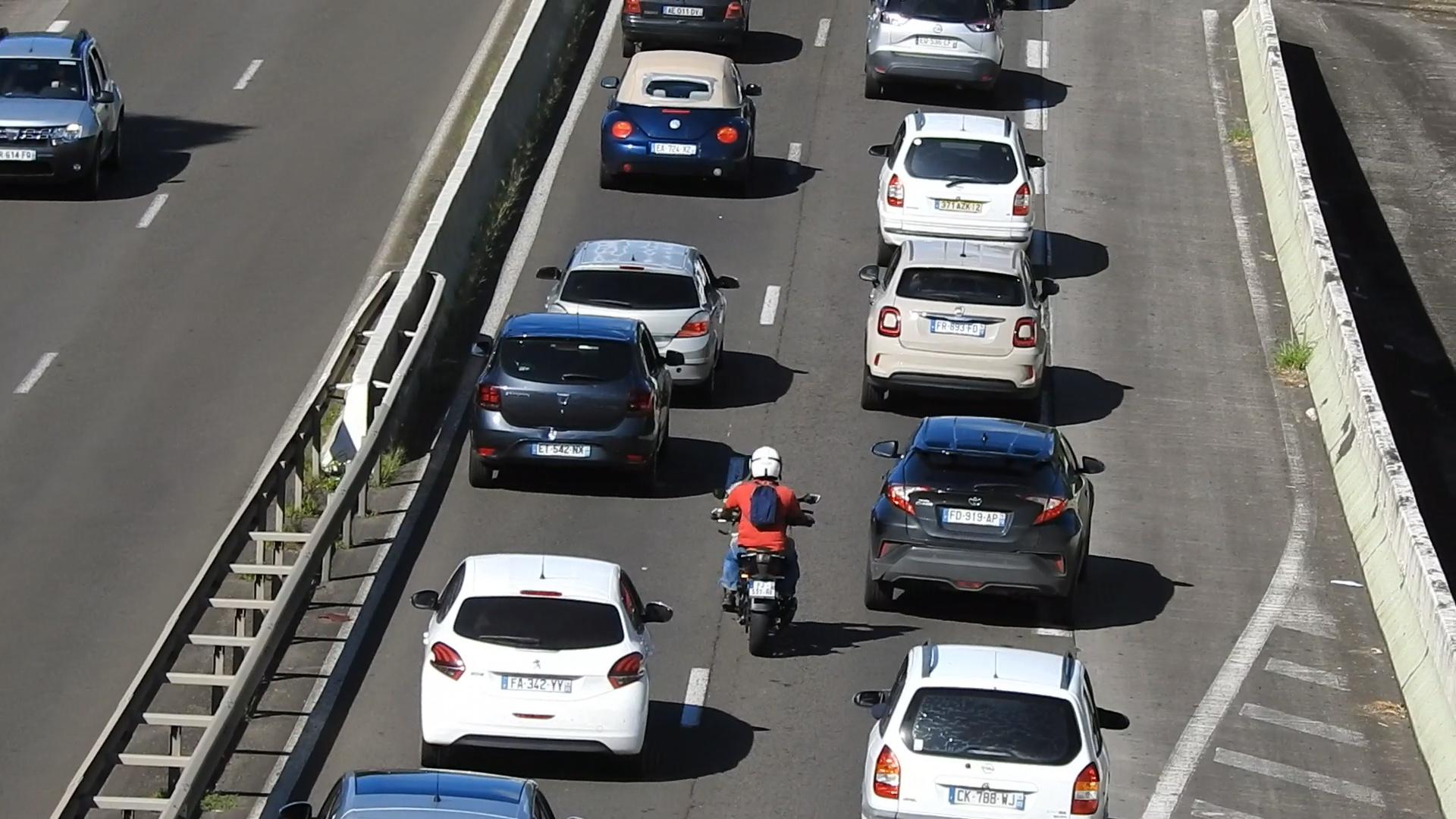 [Vidéo] onews Martinique. Interdiction pour les 2 roues de circuler entre entre 2 voitures. Qu'en est il pour la Martinique?